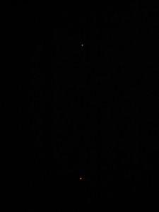Plusieurs séquences d'objets non-identifiés de couleur rouge-orangée