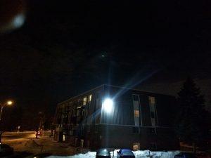 Lumière verte près du satellite